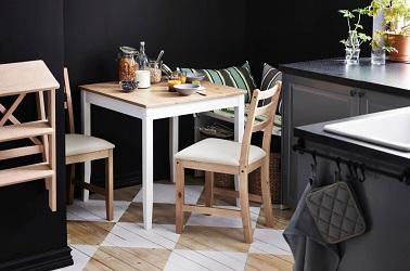 Une petite table carrée gain de place qui s'installe facilement dans une petite cuisine.