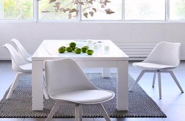 Dans une cuisine exiguë, une petite table de cuisine Fly blanche et en verre c'est pratique et c'est esthétique.