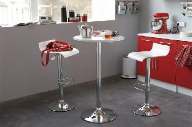 Un mange-debout permet de libérer la place dans la cuisine en créant un coin repas discret. Une petite table de cuisine à adopter.