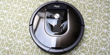 Le Roomba 980 est un aspirateur autonome qui se contrôle à distance via une connexion Wi-Fi et l'application iRobot Home. Un objet connecté pratique pour la maison !