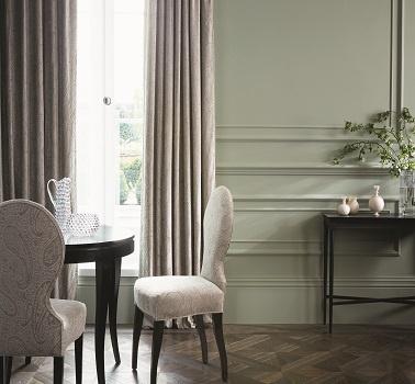Une peinture grise avec des nuances de gris pour décorer la salle à manger.