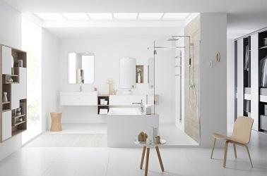 Du blanc lumineux pour embellir une salle de bain design toute douce avec grande douche italienne et baignoire rectangulaire.