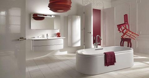 Une salle de bain design avec baignoire îlot et plan vasque aux formes arrondies tendances.