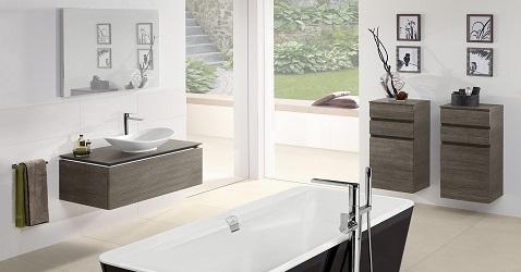 Une salle de bain à la déco design simple et minimale avec plan vasque et meubles suspendus ainsi qu'une baignoire îlot noire.