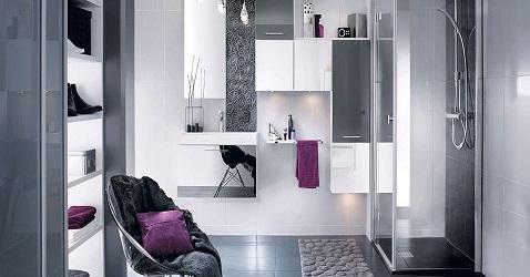 Ambiance design dans une salle de bain blanche et gris avec meubles gain de place et plan vasque miroir