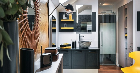 Une salle de bain moderne et design sous les combles. Déco en jaune et noir avec vasque ronde originale.