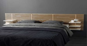 Coup de coeur du jour de Déco Cool pour une tête de lit au design épuré composée de lames de bois et de tables de chevet ajustables d'Ikea