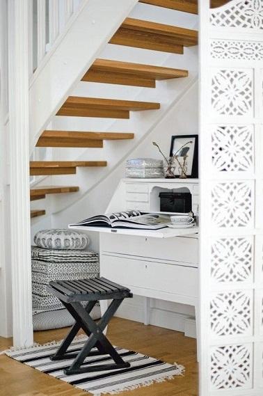 Souvent délaissé, l'espace sous escalier trouve une utilité grâce à un aménagement bureau ingénieux. Ce dernier se fait discret tout en étant à la fois utile et déco.