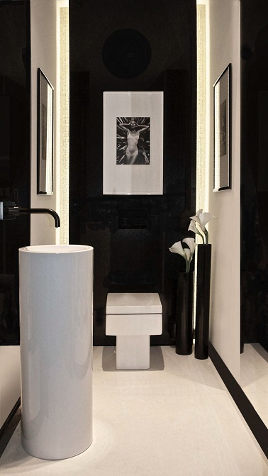 Dans ces WC contemporain noir, les sanitaires design blancs que ce soit le lave-mains ou la cuvette sont mis en valeur par la peinture noire du mur. Une déco ultra moderne !
