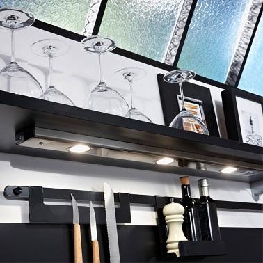 Pensez à changer les luminaires pour relooker la cuisine. Plus modernes, les lumières se cachent sous des étagères ou des meubles et donnent un nouvel éclat aux fourneaux.