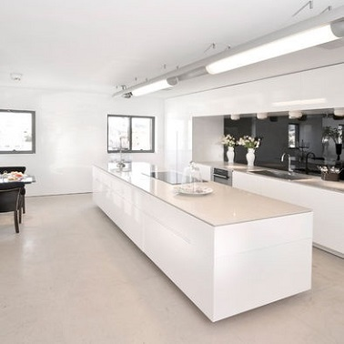 Un grand lot central dans une cuisine blanche design for Grand ilot central cuisine