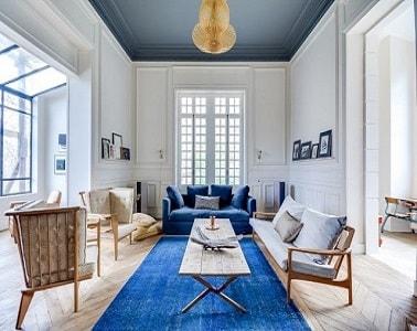 Peindre un plafond en gris dans un grand salon lumineux for Peindre un grand plafond