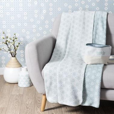 Un bleu pastel tendre avec des motifs blanc pour un plaid élégant et doux style polaire.