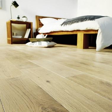 Pour une déco classe, ce parquet chêne huilé blanchi apporte une ambiance scandinave tendance à la pièce. Il se pose sans colle avec un système de parquet à clips longs.