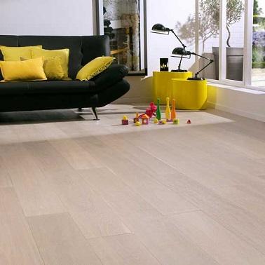 Un revêtement de sol blanchi avec un parquet contrecollé blanc givré en chêne. Un parquet à pose flottante clipsée facile. Pour l'effet déco, un style nordique chaleureux.