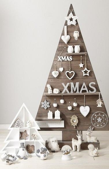 Pour les fêtes, le sapin de Noël en bois c'est original et design. En palettes ou en bois flotté, il réchauffe le salon et crée une atmosphère moderne et conviviale chic.