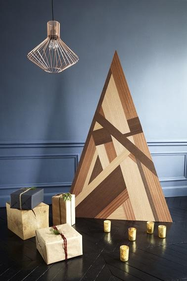 Plus d'épines dans le salon, le sapin de Noël en bois c'est une déco originale à faire soi-même pour les fêtes ! Donnez lui la forme que vous voulez et décorez-le.