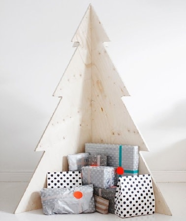 Un sapin de Noël en bois c'est original et c'est moderne. Laissé à l'état brut, ce sapin adopte un look qui va à l'essentiel  scandinave très en vogue sans une décoration.