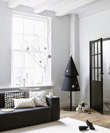 La couleur noire de ce sapin de Noël le rend original et design. Avec deux cônes empilés l'un sur l'autre, il réinvente la forme d'un vrai sapin pour un style chic.