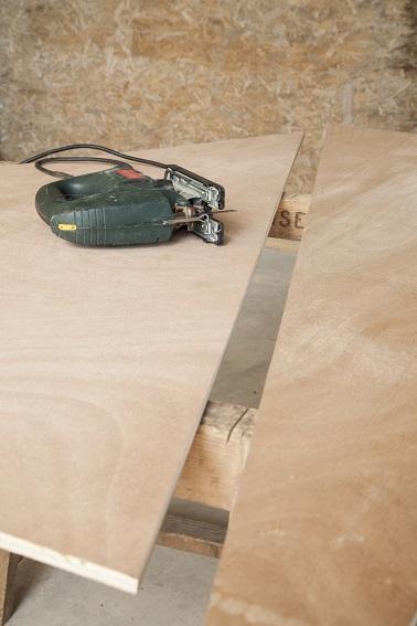 Première étape pour un sapin de Noël en bois fait maison, la découpe du support. Dessinez le patron sur une planche de contre plaqué, découpez, poncez c'est prêt !