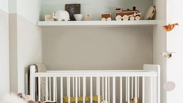Dans la chambre du bébé, on peut s'amuser à jouer avec la peinture en créant des bandes de couleurs différentes. Horizontalement ou verticalement c'est une déco top !
