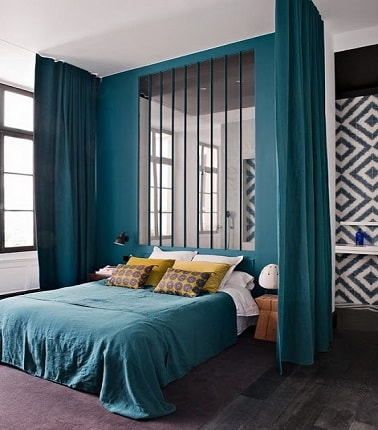 une chambre parentale couleur bleu canard avec verri re. Black Bedroom Furniture Sets. Home Design Ideas