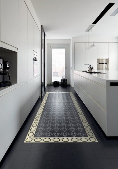 Une cuisine en longueur avec carrelage comme un tapis for Amenagement cuisine longueur