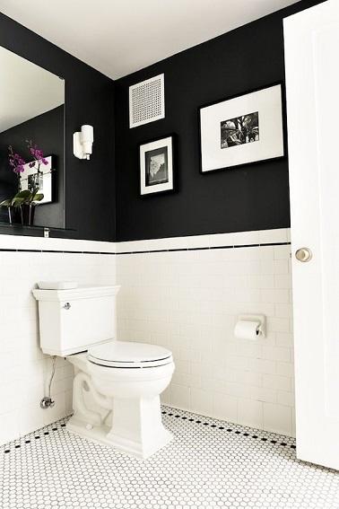 Un carrelage nid d'abeille et un soubassement blancs combiné avec un mur peint dans un noir profond, ces WC ultra tendance est un adepte de la déco blanc et noir.