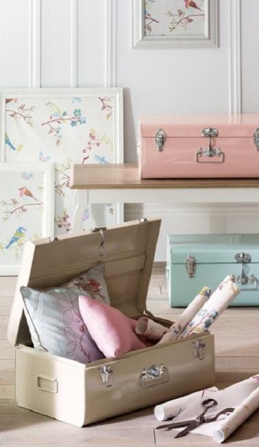 Une malle de rangement en métal couleur pastel, vive ou aspect acier est un objet déco fonctionnel pour la maison que ce soit dans la chambre adulte, enfant ou le salon.
