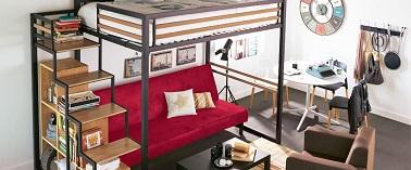 Une chambre d'ado pour jeune fille doit parfois savoir cloisonner au sein d'une même pièce différents espaces. Un canapé, un lit, un bureau, comme un petit studio !