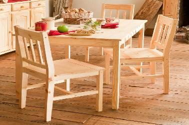 Authentique, cette petite table dans la cuisine n'encombre pas l'espace. Pratique pour aménager une petite cuisine familiale.