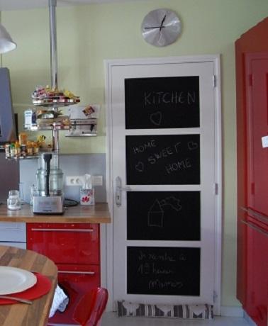 Une porte peinture tableau noir dans la cuisine for Meuble cuisine une porte