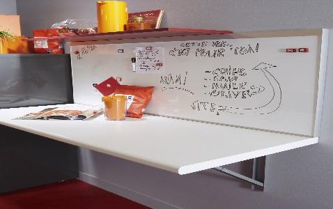 Une petite table qui se rabat dans une cuisine exiguë permet de gagner de la place en créant un coin repas.