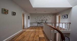 La déco du couloir est aux petits soins de la maison. Peinture, papier peint, cadres, tapis... Déco Cool vous livre 10déco dans le coup pour aménager son couloir