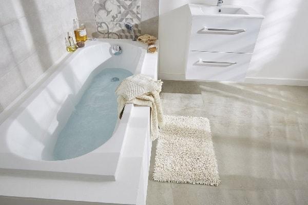 Une petite baignoire étroite pour aménager une salle de bain.