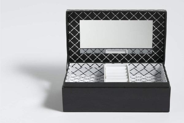 Une boite a bijoux déco noir et blanc comme cadeau de Noël tendance par Cristina Cordula.