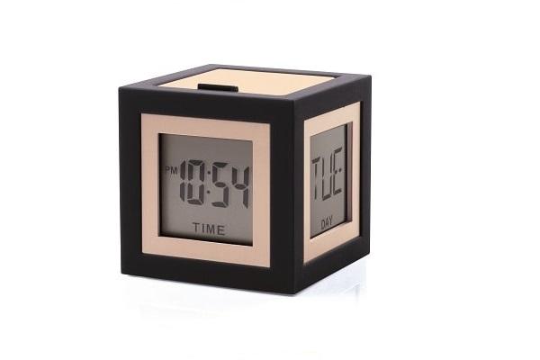 Un cadeau de Noël original pour connaître l'heure avec un réveil déco cubique noir et rose.