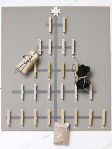 Pour réaliser ce calendrier de l'avent, il faut : 24 pinces à linge en bois, un châssis toilé, du masking tape déco coloré et un tube de colle.