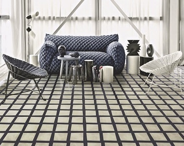 Pour donner du style à un salon, poser des carreaux de ciment avec des lignes droites noires et blanches c'est hyper esthétique et tendance en matière de déco.