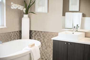 Carrelage adhésif  Tango-Titane compatible avec une pose autour de la baignoire dalle de 29X24 cm Smart Tiles