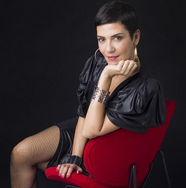 Cristina Cordula, conseillère en image et styliste phare de l'émission les reines du shopping, signe avec Tati une collection capsule de déco de Noël chic et glamour.