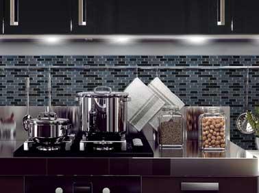 Look d'enfer sur la crédence de cuisine avec des carreaux adhésifs style New York vendu en dalle de 26x24cm à associer avec barre inox dans une cuisine industrielle
