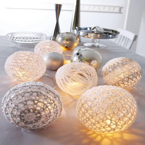 deco noel avec une guirlande de boules lumineuses. Black Bedroom Furniture Sets. Home Design Ideas