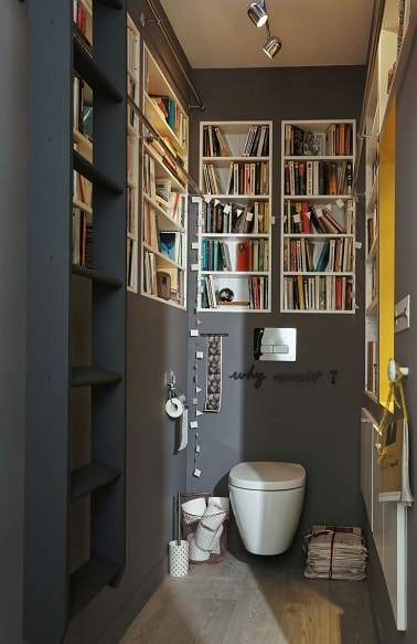 une d co de wc peints en gris avec niches biblioth que. Black Bedroom Furniture Sets. Home Design Ideas