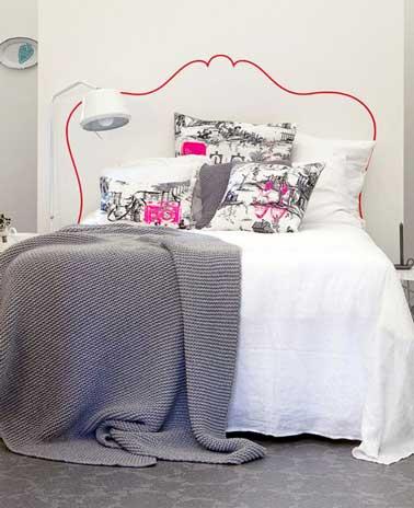 Légère et déco dans une chambre féminine, une tête de lit faite au crayon rouge dessinée sur un mur blanc