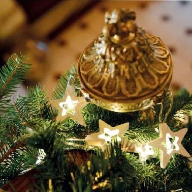 Les étoiles traditionnelles de Noël ornent joliment cette guirlande lumineuse à LED qui consomme très peu et illumine comme il se doit le sapin ou la déco de la maison.