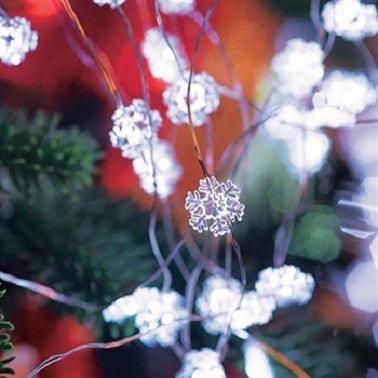 Cette guirlande de Noël lumineuse avec petits flocons est discrète quand il s'agit de parfaire une déco de Noël déjà bien chargée ou de réaliser une déco minimaliste.