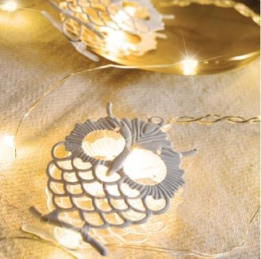 Pour une déco de Noël originale dans la maison à l'approche des fêtes, cette guirlande lumineuse blanche qui a un hiboux comme seule déco est une décoration hors du commun.