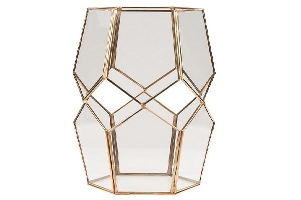 Une lanterne en acier et verre pour un style déco chic dans la maison.