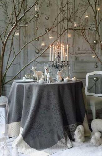 Idées déco pour table de Noël ambiance boudoir chic décoration grise et blanche avec chandelier linge de table soyeux agrémenté d'animaux de la fôret décoratifs